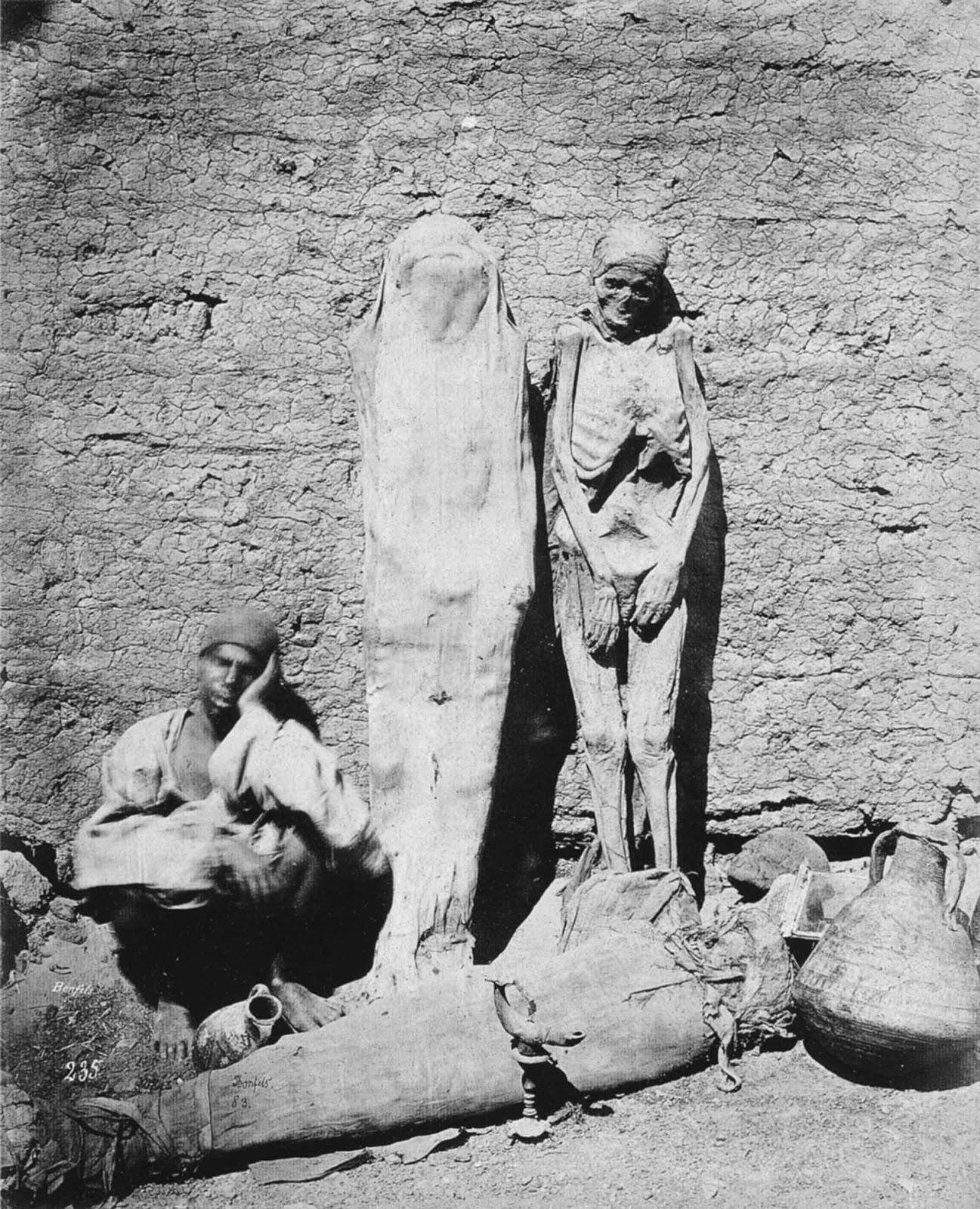 Des vendeurs de rue vendent des momies en Egypte, 1865