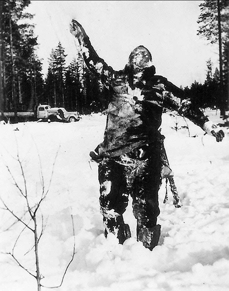 Corps de surgelés soldat Soviétique, soutenu par la finlandaise combattants pour intimider les troupes Soviétiques, 1939
