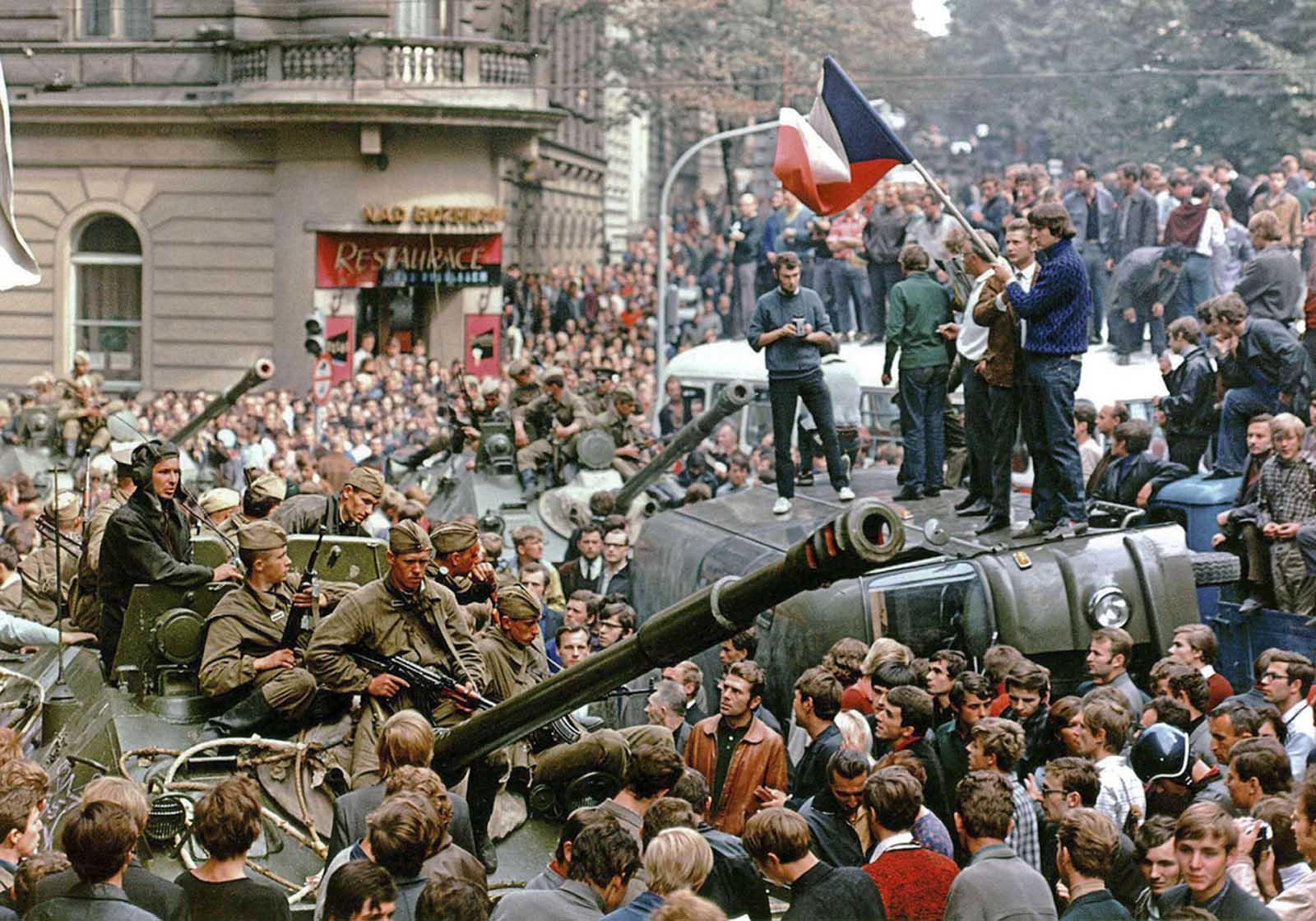 Quand les Soviétiques sont arrivés à l'écrasement du Printemps de Prague,  1968 ⋆ Photos historiques rares - Et l'histoire derrière eux ...