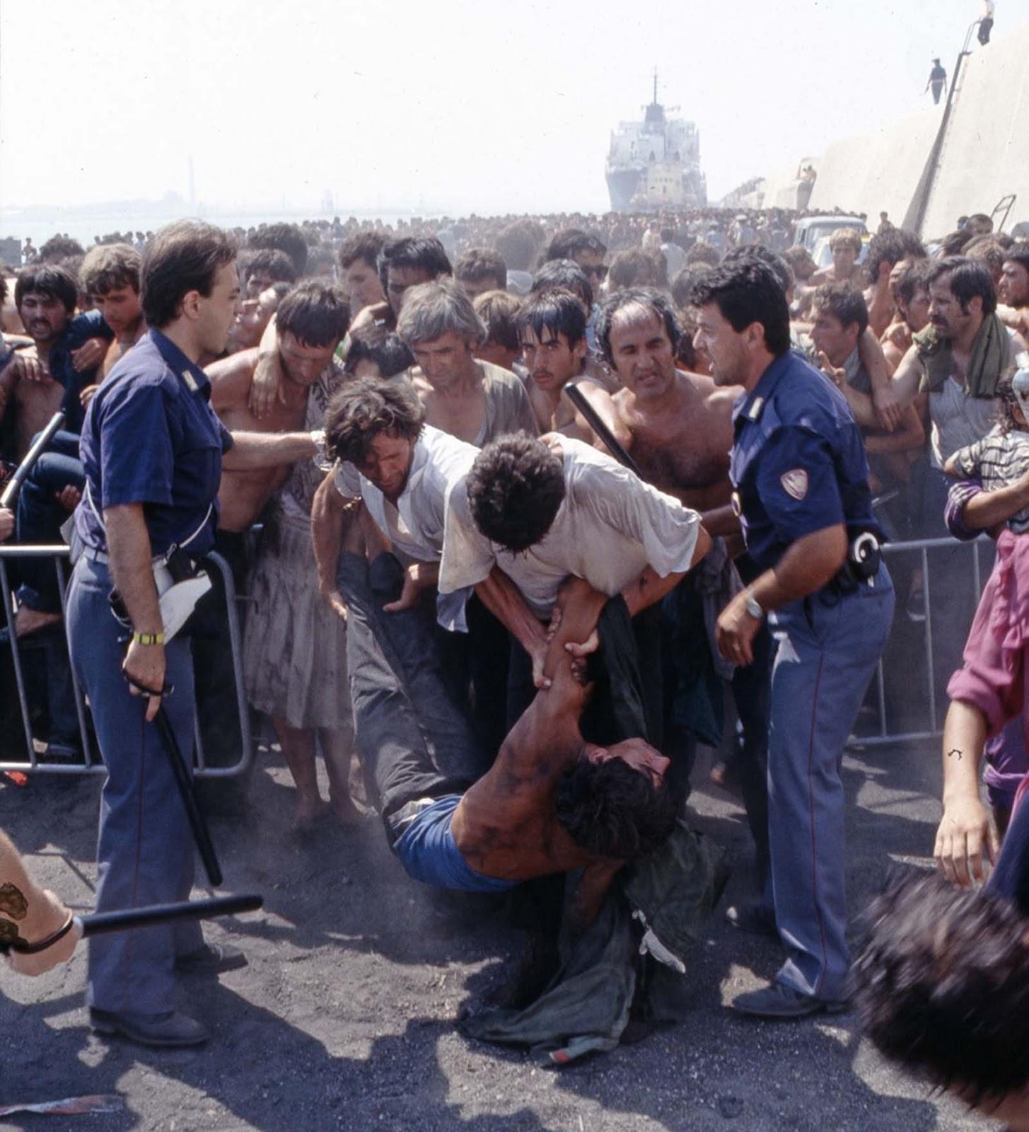 Réfugiés albanais en arrivant en Italie, 1991