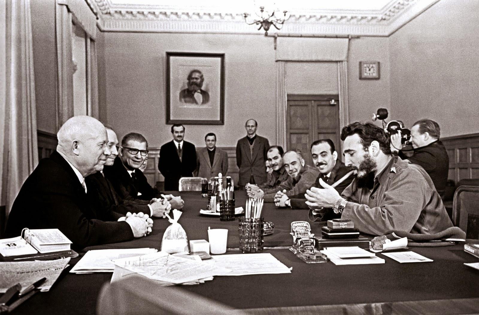 Fidel Castro de fumer un cigare et le fait de porter deux montres Rolex au cours d'une réunion avec Khrouchtchev, 1963