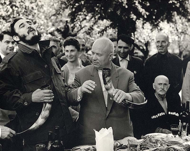 Fidel Castro et Nikita Khrouchtchev à boire du vin à partir d'une corne à boire, dans la République Soviétique de Géorgie,1963