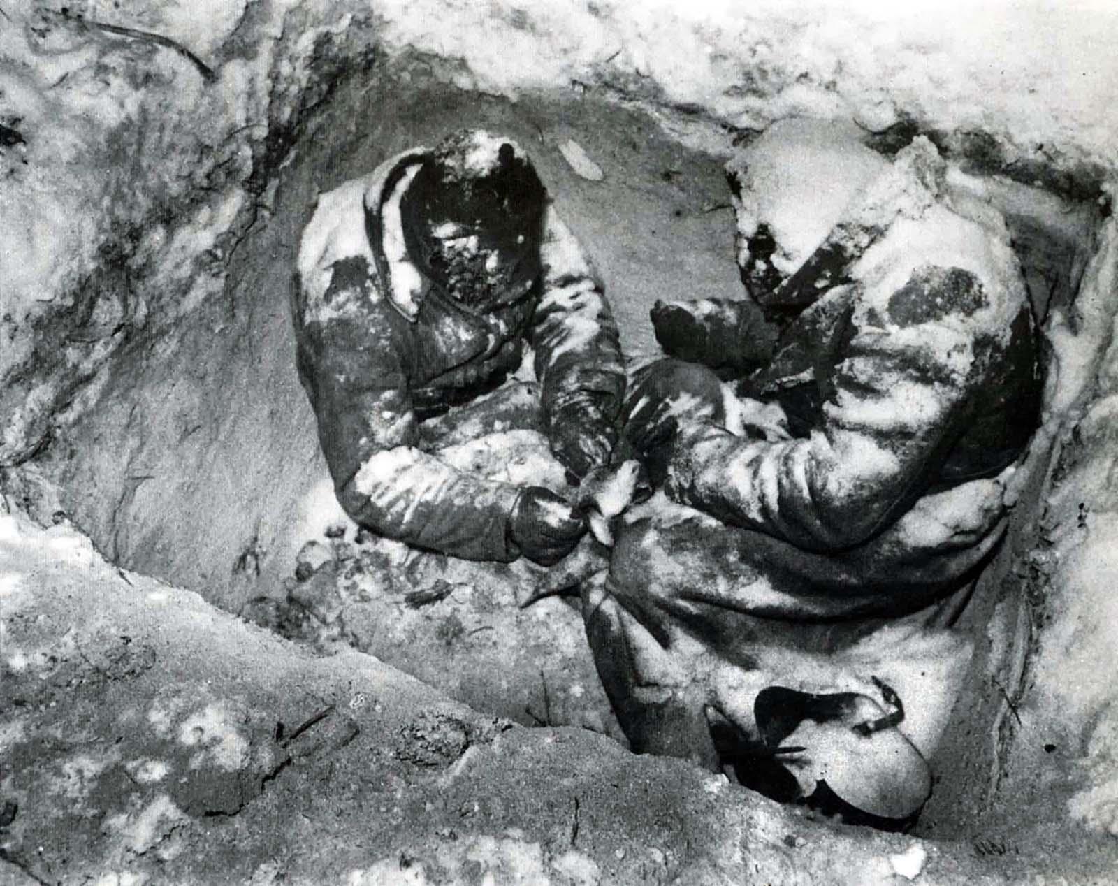 Deux fantassins Soviétiques gelé à mort dans leur trou, 1940