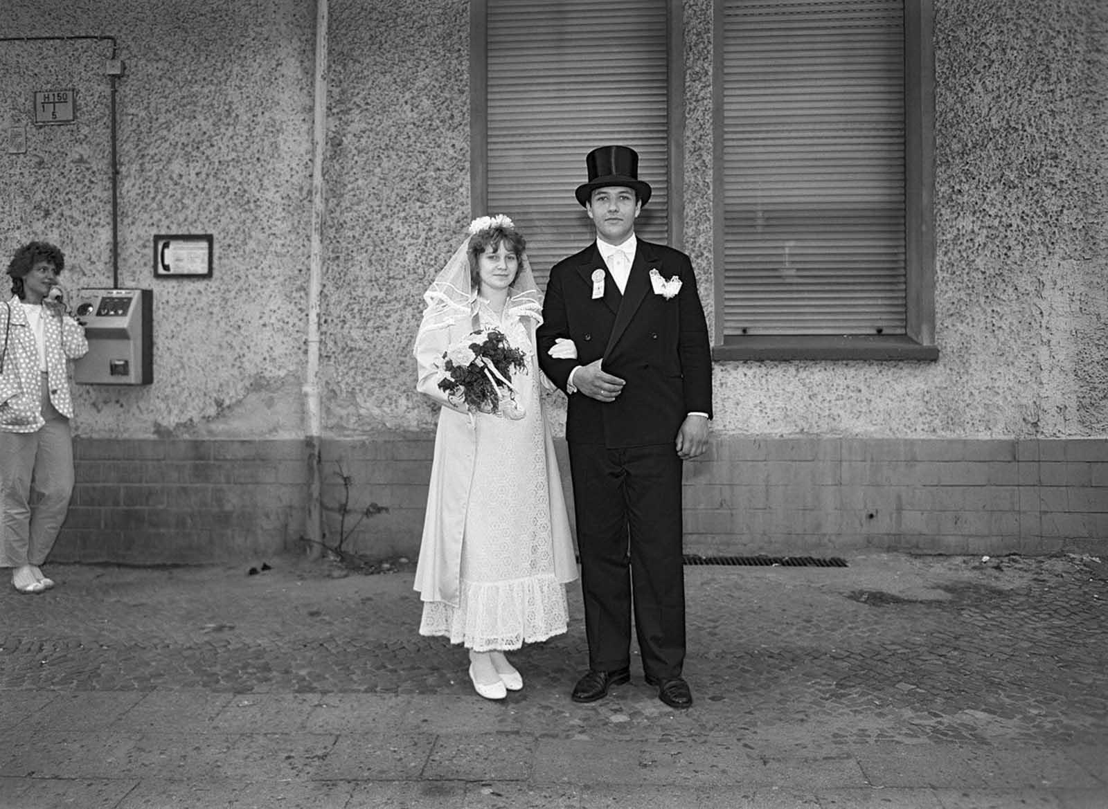 Ces images de la capture de la dynamique des résidents d'un seul à Berlin-Est, de la rue, 1986-1987