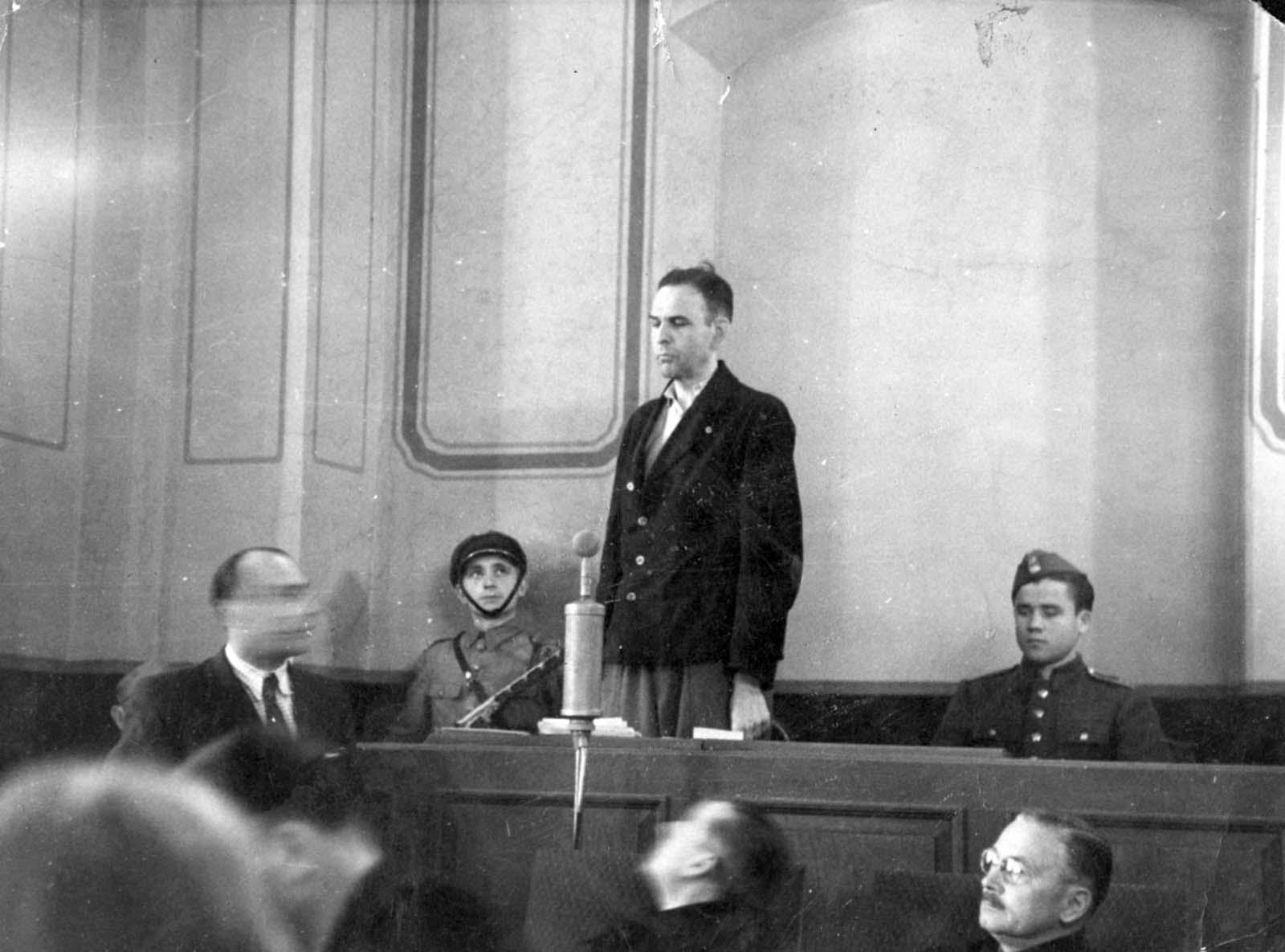 """Commandant du Camp d'Amon Goeth, tristement célèbre depuis le film """"la Liste de Schindler"""", debout sur son balcon, la préparation de fusiller des prisonniers, 1943"""