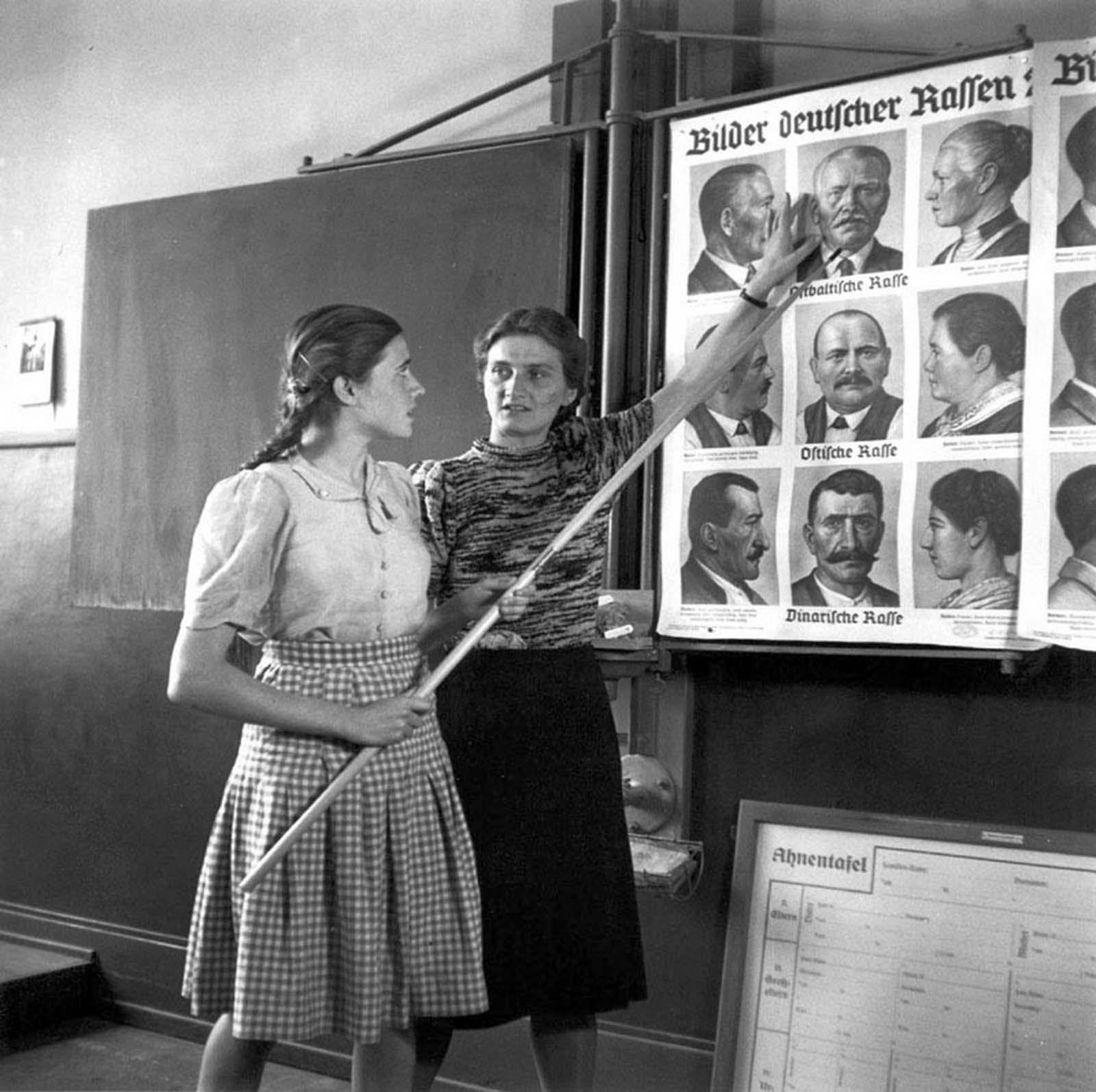 Une course de l'enseignement en classe dans une école pour jeunes filles allemandes, 1943