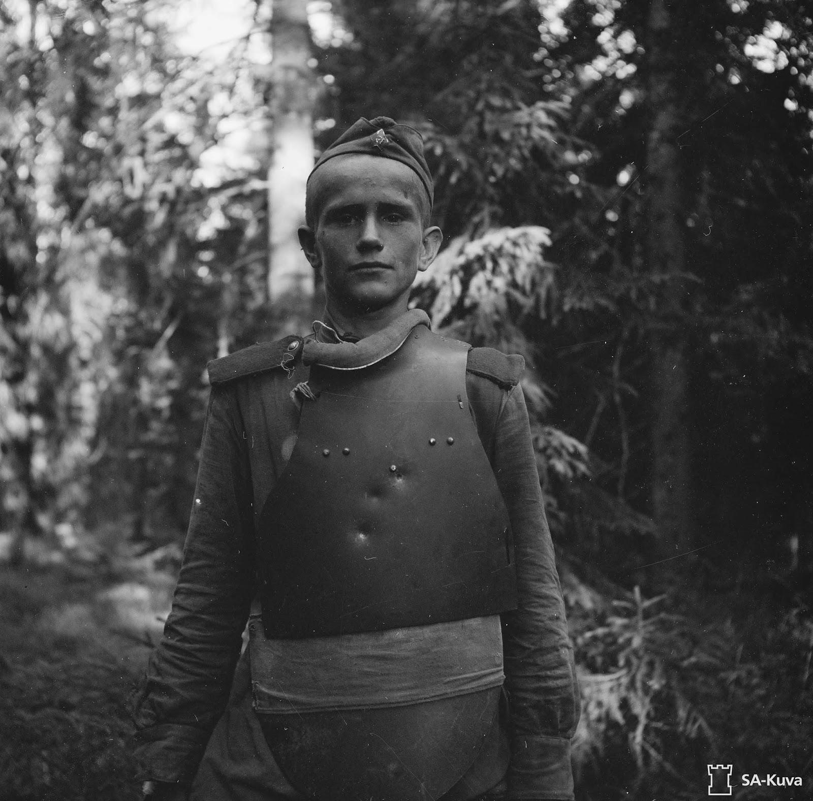 Capturé Soviétique soldat vêtu de SN-42 armure de corps, 1944
