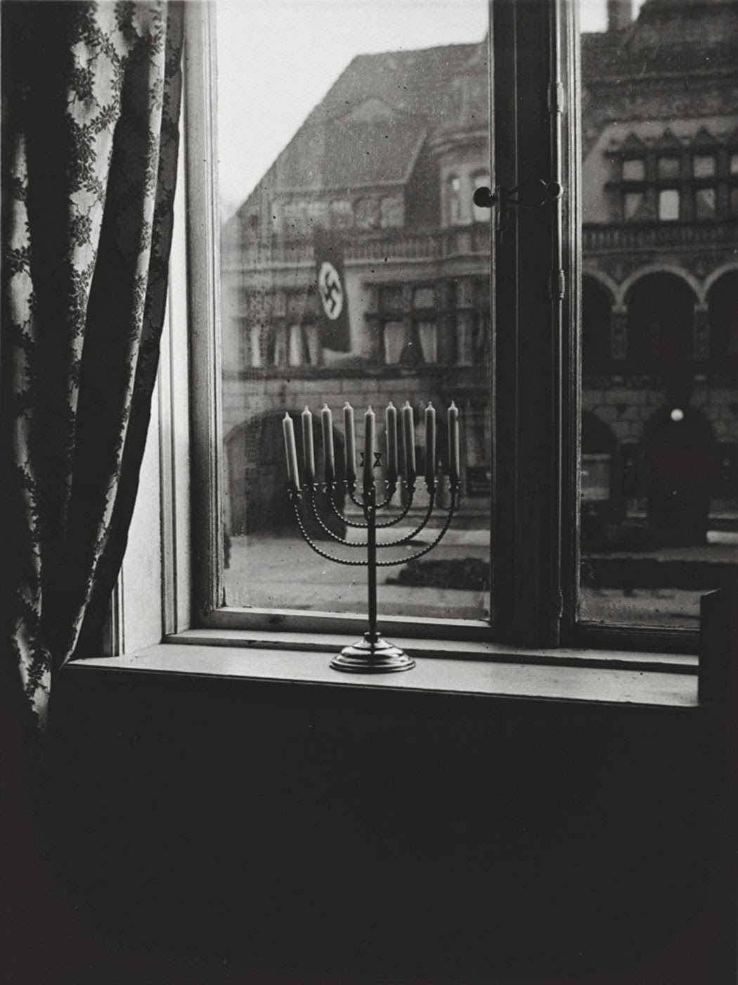 """'La Judée Vie Pour L'Éternité"""": Bougies Illuminent Les Nazis À Kiel, 1931"""