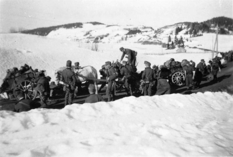 Le convoi de la 2-ème de la montagne de la division de la wehrmacht sur la route norvégienne de la commune de Quam