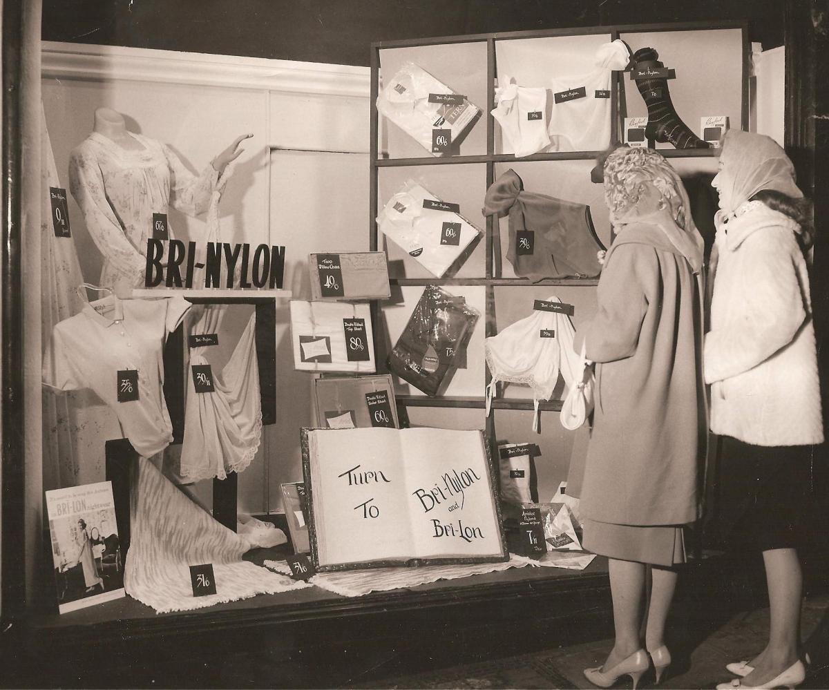 Femmes À La British Nylon Toupies Usine (1964)