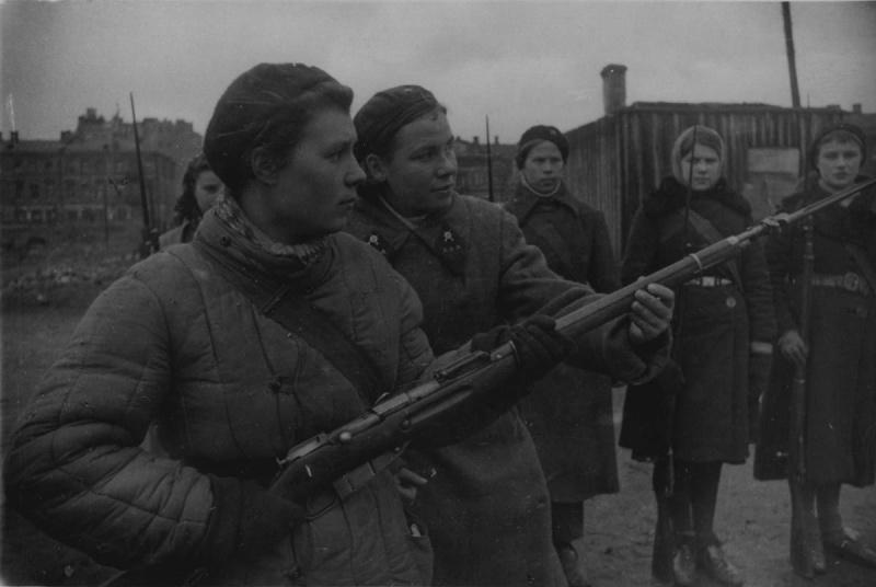 Sergent-chef A. A. Golovkin montre курсанткам techniques de combat à la baïonnette