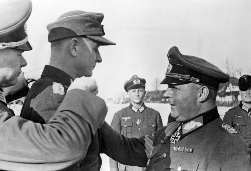 Lieutenant-général G.-S. Хубе attribue des Chevaliers de la croix de lieutenant-colonel B. von Baer