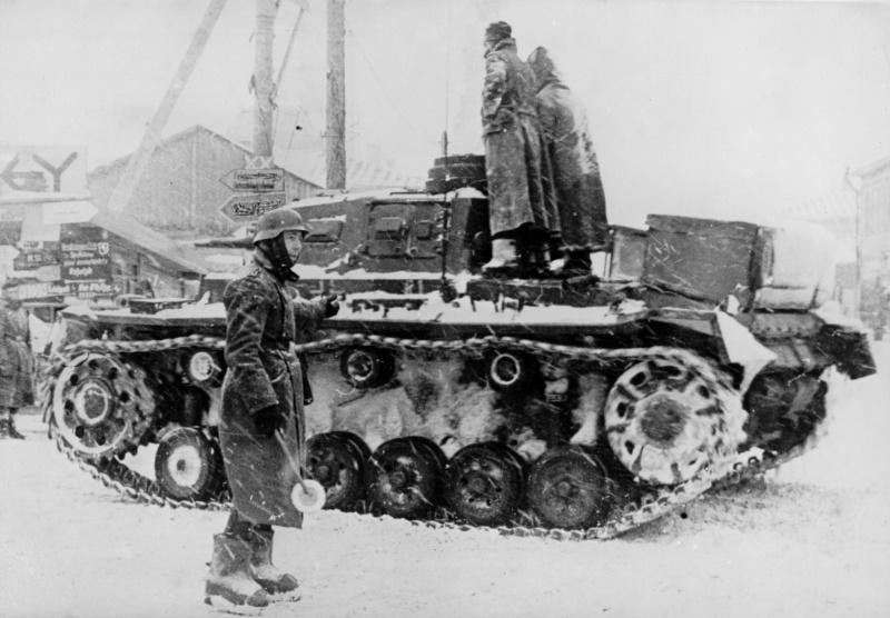 Фельджандарм et char Pz.Kpfw III près d'état-major de la 10e division blindée de la wehrmacht près de Moscou