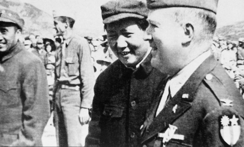 Mao tsé-toung et un colonel américain David Barrett lors de la réunion à Яньане