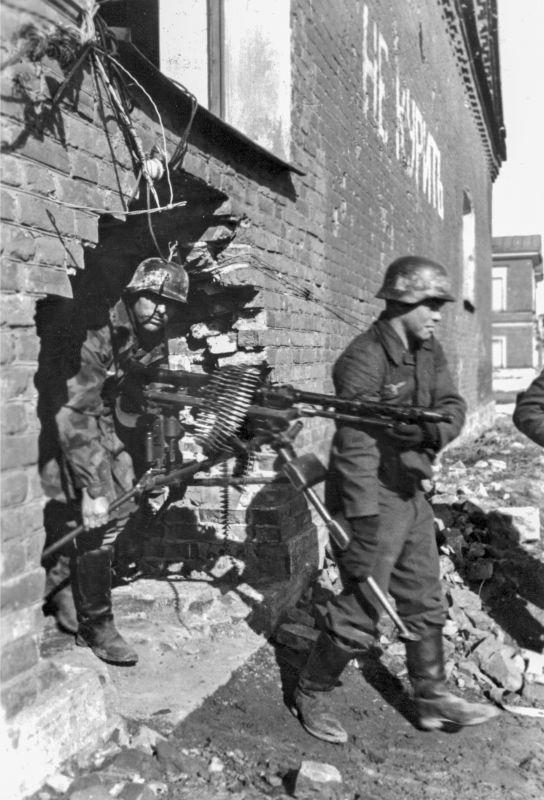 Le calcul d'une mitrailleuse MG 34 de la composition de la 21-ème авиаполевой de la division de la luftwaffe change de position