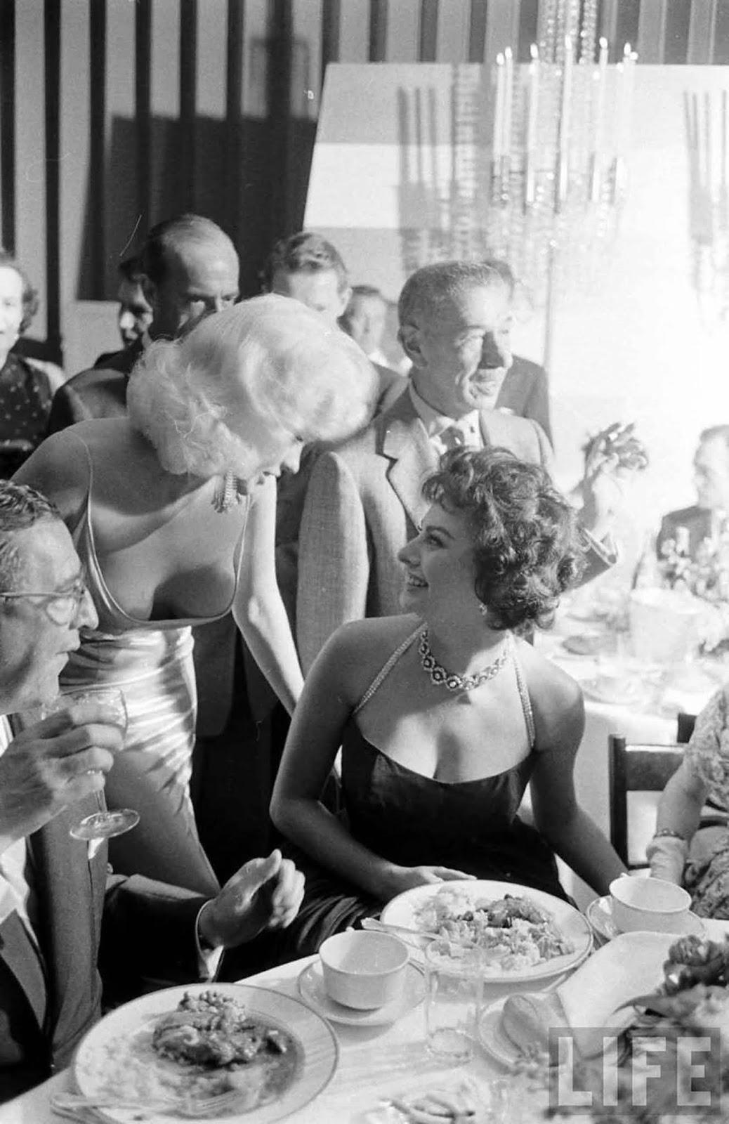 L'histoire derrière l'infâme Sophia Loren et Jayne Mansfield photo, 1957