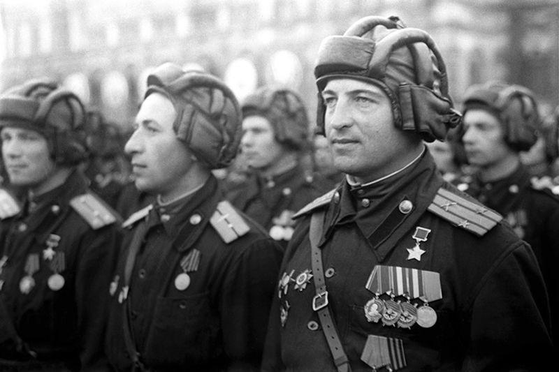 Héros de l'Union Soviétique de la garde, le lieutenant-colonel v. B. Mironov sur la Parade de la Victoire à Moscou. Le 24 juin 1945