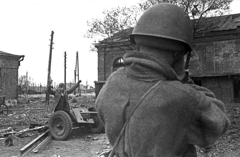 Homme prend capturé le soldat de la wehrmacht, debout près de canons Pak 35/36. 1943