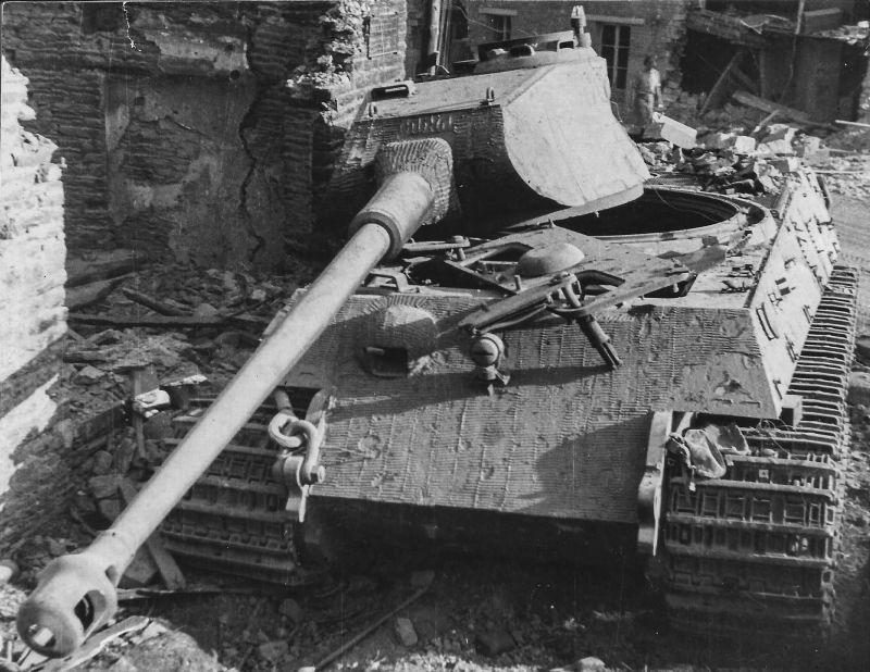 Un char allemand «Tiger II», détruit française de la commune de Le Plessis-Гримуль. Août 1944
