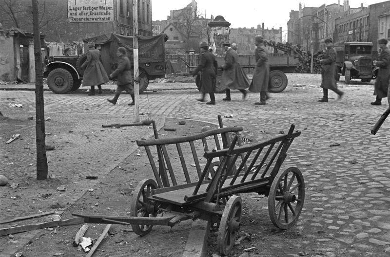 Soldats soviétiques et les commandants passent dans la rue capturé la ville allemande. 1945