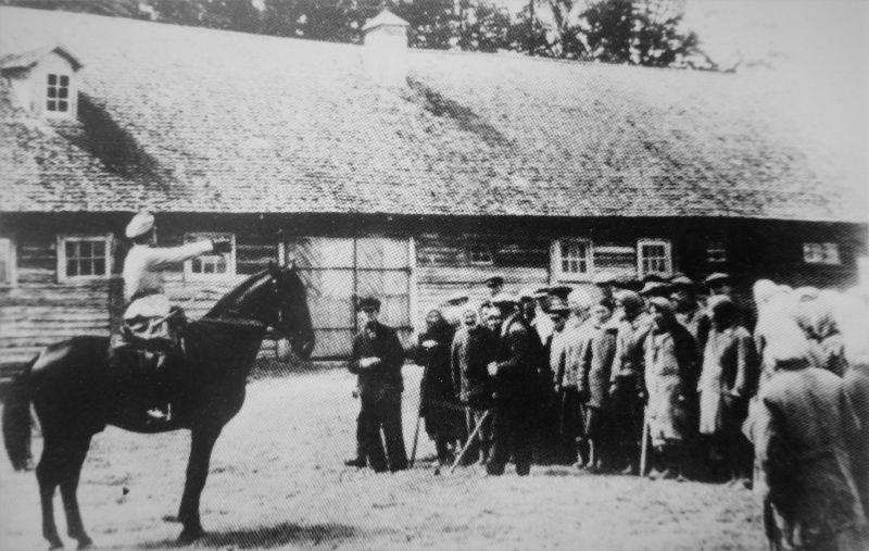 Officielle allemande donne des instructions aux habitants sur un territoire occupé du village soviétique. De juillet 1942