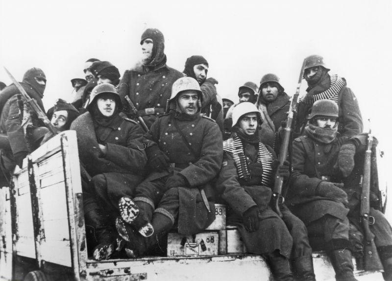 Des soldats espagnols de la 250e division d'infanterie de la Wehrmacht à l'arrière d'un camion près de Leningrad. Mars 1943