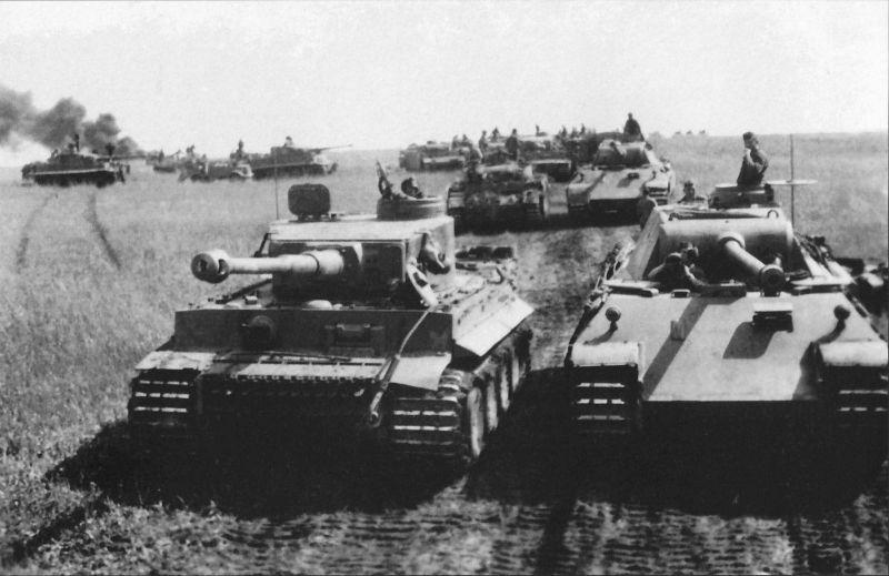 Une colonne de chars allemands sur le terrain au Koursk Bulge. Juillet 1943
