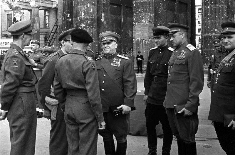 Les maréchaux Joukov et Rokossovsky avec le maréchal Montgomery à la porte de Brandebourg à Berlin. 12 juillet 1945