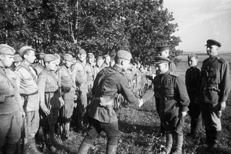 Récompenser les combattants de l'une des unités de l'Armée rouge qui se sont distingués lors des batailles au Koursk Bulge. Août 1943
