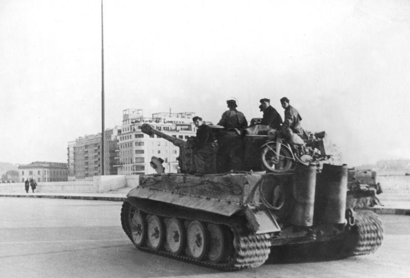"""Char allemand Pz. Kpfw. VI """"Tiger"""" traverse le Ponte Duca d'Aosta à Rome. Février 1944"""