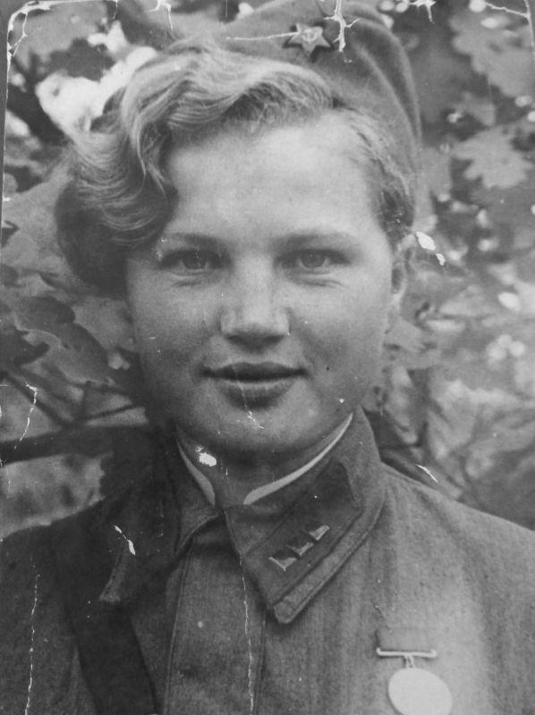 Portrait de l'assistant militaire principal de la 14e brigade de chars E.L. Soltanovskaya. Juillet-août 1942