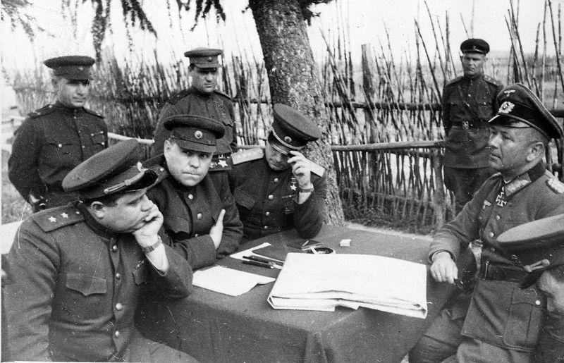 Des représentants du commandement soviétique interrogent le général Hitter dans la région de Vitebsk. 1944 g.