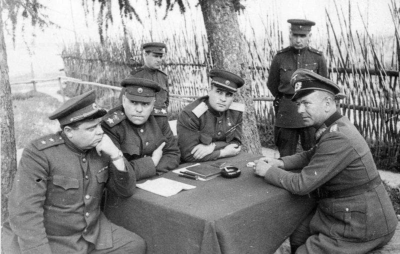 Des représentants du commandement soviétique interrogent le général Zitger dans la région de Vitebsk. 1944 g.