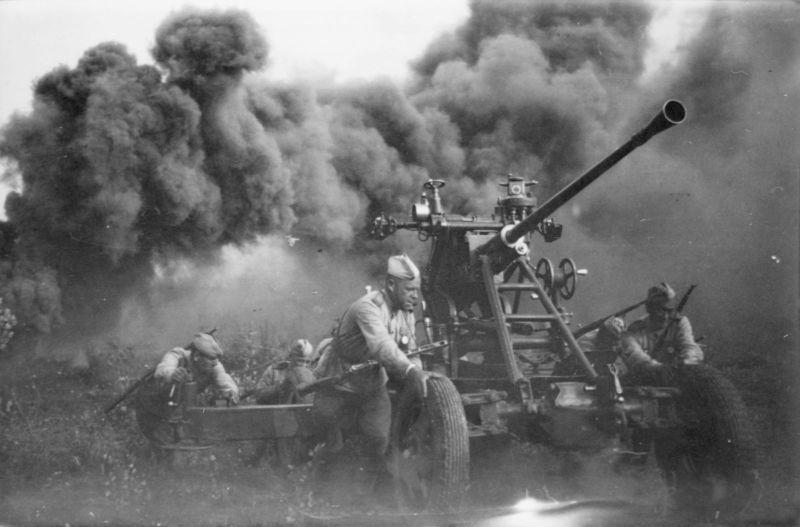 Le calcul du canon antiaérien soviétique 61-K déplace le canon pendant les batailles pour la libération de la Biélorussie. 1944 g.