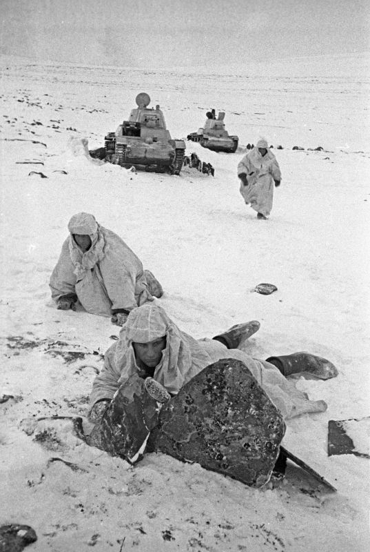 Des soldats soviétiques et des chars T-26 pendant les combats sur la péninsule de Rybachy. Décembre 1941