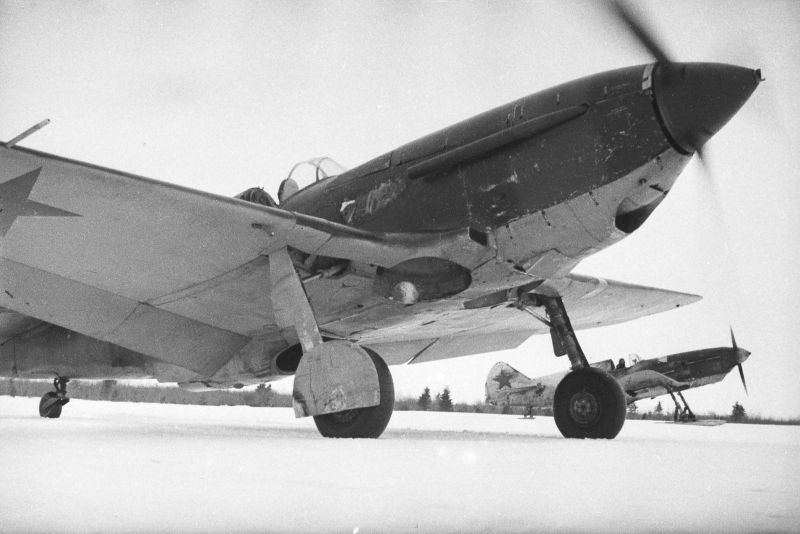 Les chasseurs soviétiques LaGG-3 du 5e GIAP avant le décollage de l'aérodrome avant