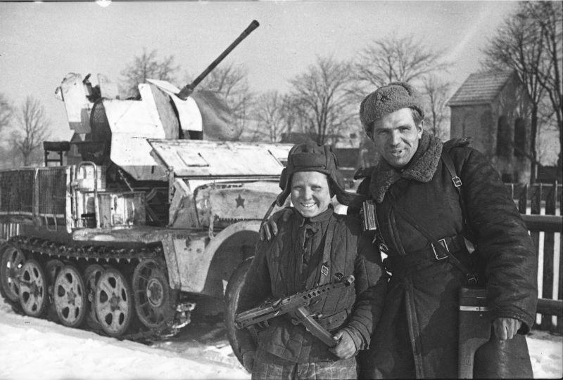 Officier soviétique et jeune pétrolier à l'Allemand SPAA Sd.Kfz.10 / 5 à la tête de pont Sandomierz