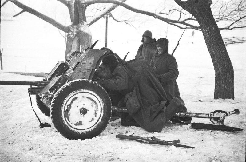 L'équipage de canon soviétique du canon antichar allemand capturé de 37 mm PaK 35/36. 1942 g.