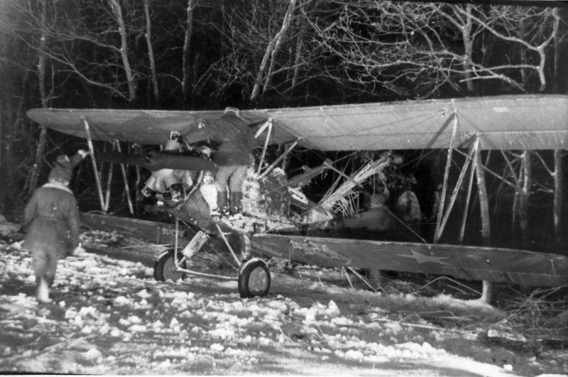 Les techniciens de l'aviation se préparent à décoller le bombardier de nuit Po-2 du 588e NBAP. Janvier 1943