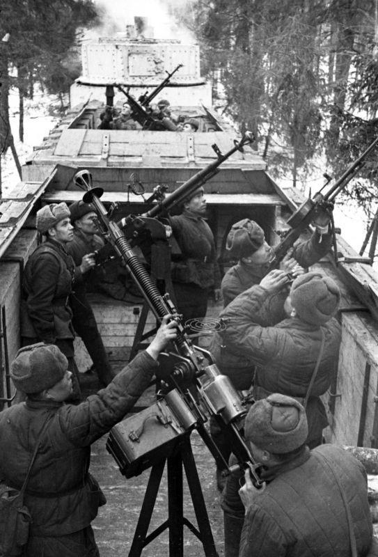 Des soldats du train blindé soviétique à la vue de mitrailleuses anti-aériennes sur le front de Kalinin. 1942 g.