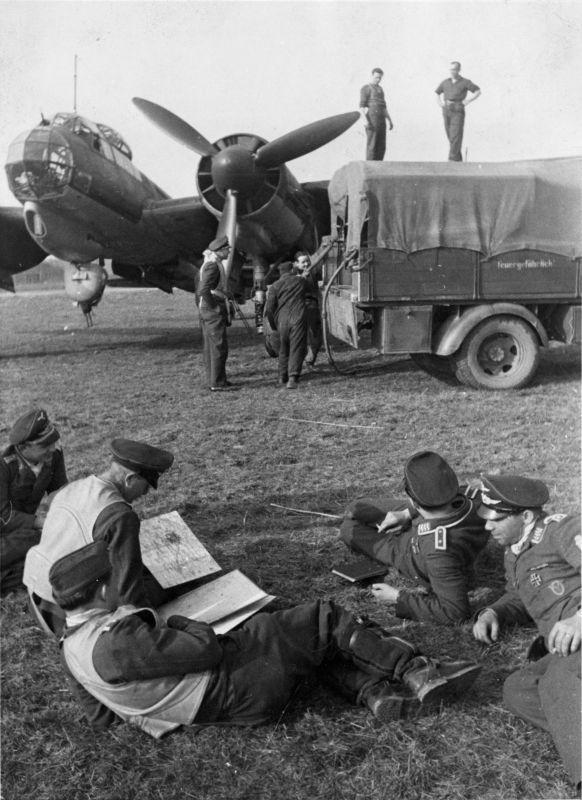 L'équipage du bombardier allemand Ju-88 attend que l'avion soit ravitaillé avant de décoller. 2 avril 1944