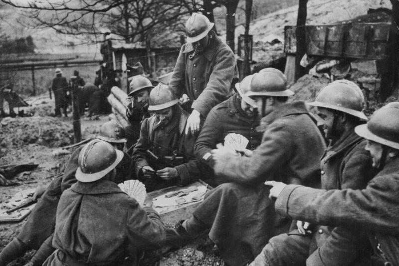 Les soldats français jouent aux cartes sur la ligne Maginot pendant The Strange War. 1939 g.