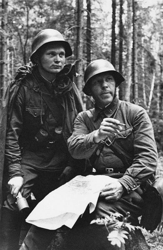 Le capitaine Gavryushin, se référant à la carte, donne l'ordre au lieutenant Khorshev sur le front occidental. Août-septembre 1941