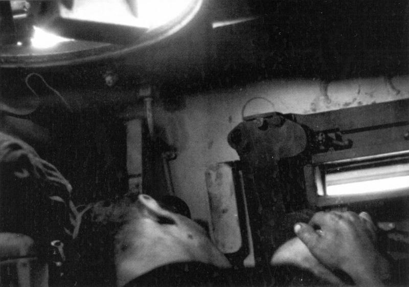 """Le chauffeur-mécanicien du char allemand Pz.Kpfw. VI """"Tiger"""" dort à la barre"""