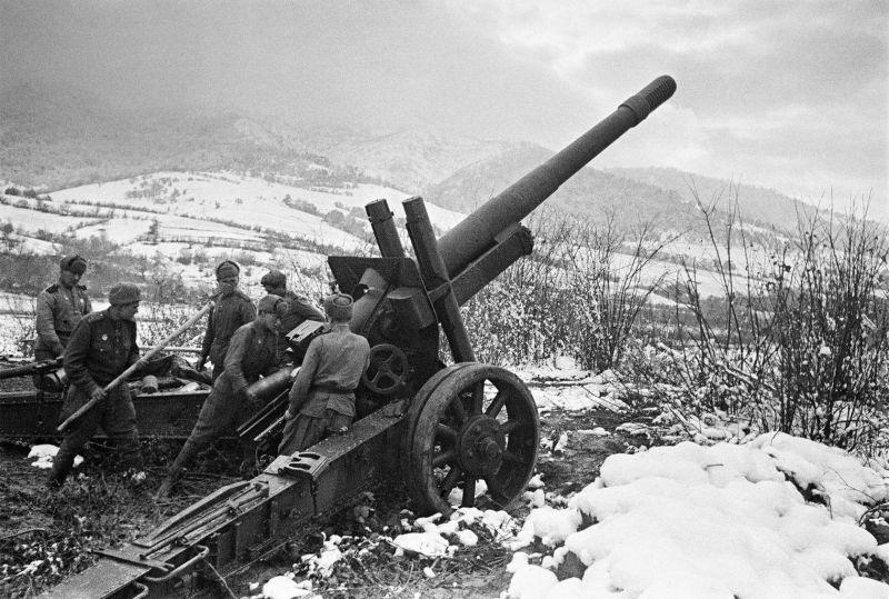 L'équipage de l'obusier soviétique ML-20 prépare une arme pour la bataille dans les Carpates. 1944 g.