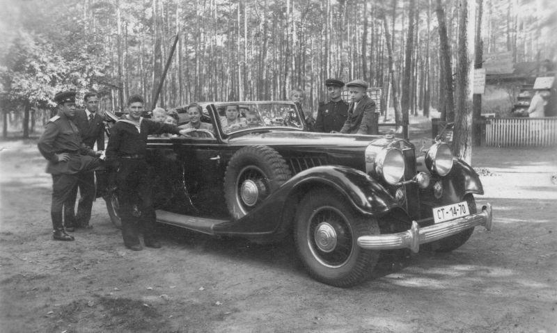 """Les proches du général I. Baghramyan dans la voiture allemande capturée """"Horch"""". 1943 g."""
