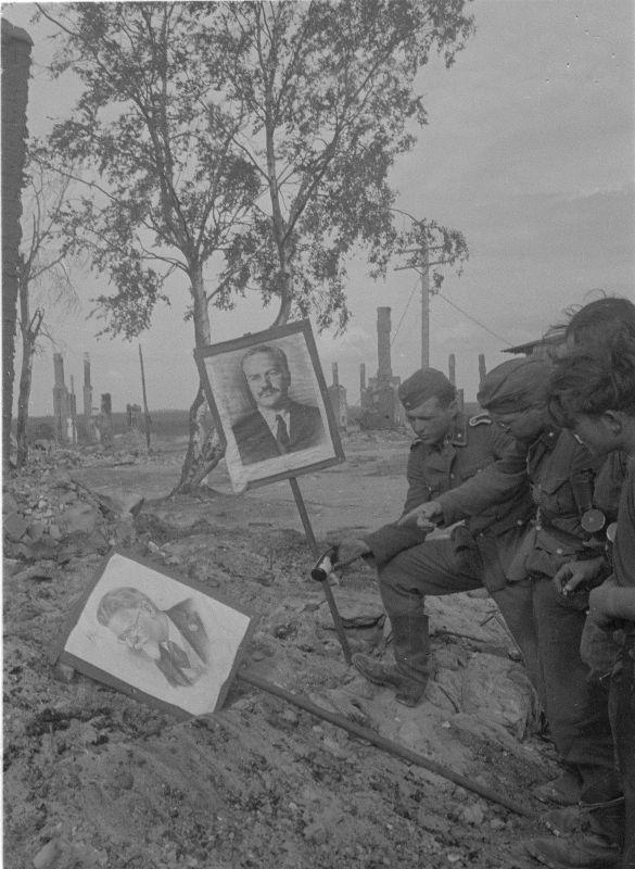 Des soldats de la division SS avec des portraits de Molotov et Kalinin dans le village carélien de Kestenga. 8 août 1941