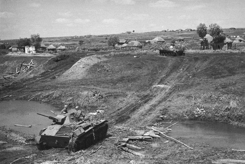 Chars soviétiques T-60 dans un village sur le front de Briansk. 1941 g.