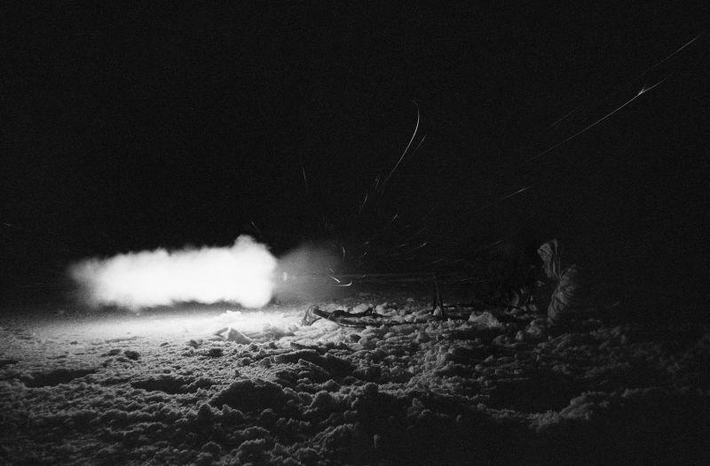 Artilleur blindé soviétique avec un fusil antichar dans la bataille de nuit près de Yukhnov