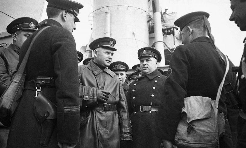 """Le vice-amiral F. Oktyabrsky s'entretient avec les marins du croiseur """"Red Crimea"""". 1942 g."""